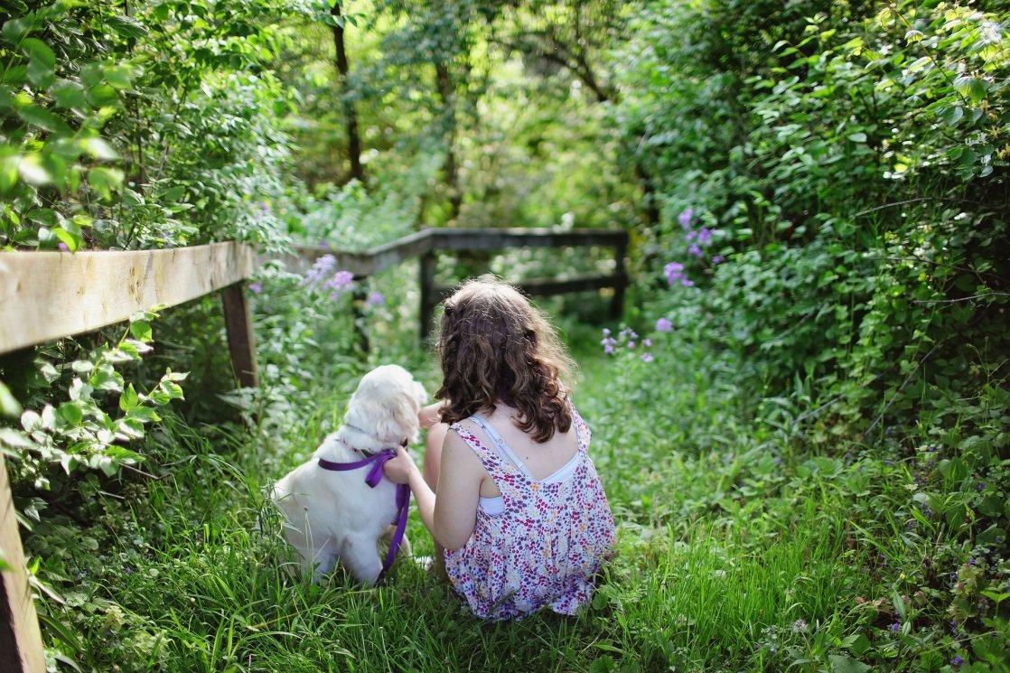 projekty prestige - dziecko z psem w ogrodzie